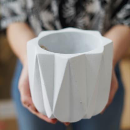 Osłonka betonowa biała geometryczna 11 cm