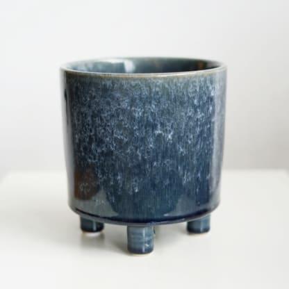 Osłonka ceramiczna cylinder granatowy na nóżkach 15 cm